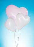 在蓝色背景的白色气球 库存图片