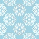 在蓝色背景的白色花卉无缝的样式 图库摄影