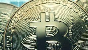 在蓝色背景的硬币Bitcoin 采矿cryptocurrency Ð真正货币blockchain技术¡ oncept  股票录像
