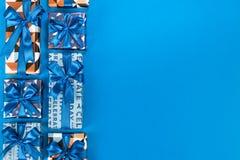 在蓝色背景的礼物盒构成 平的位置文本空间 图库摄影