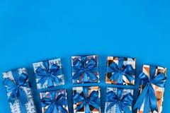 在蓝色背景的礼物盒构成 平的位置文本空间 免版税库存照片
