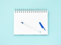 在蓝色背景的空白的便条纸 图库摄影