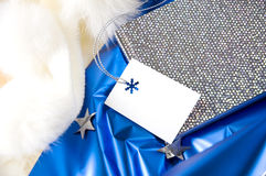 在蓝色背景的空白的礼品券 免版税库存图片