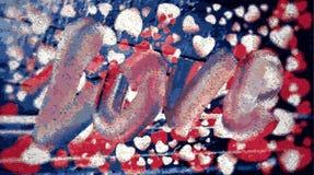 在蓝色背景的红色和白色心脏围拢的题字爱 库存例证