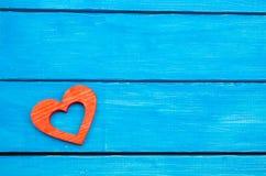 在蓝色背景的红色木心脏,华伦泰` s天 爱的概念 言情 免版税库存图片