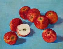 在蓝色背景的红色苹果 免版税库存图片