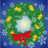 在蓝色背景的美丽的圣诞节花圈与雪花 免版税库存照片