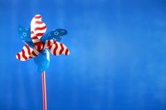 在蓝色背景的美国假日轮转焰火 免版税库存图片