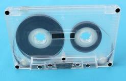 在蓝色背景的老卡型盒式录音机 库存照片