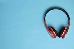 在蓝色背景的耳机 免版税库存照片