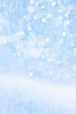 在蓝色背景的艺术落的雪 免版税库存图片
