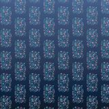 在蓝色背景的花卉样式 免版税图库摄影
