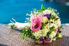 在蓝色背景的花花束。 图库摄影