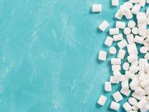 在蓝色背景的蛋白软糖与copyspace 库存照片