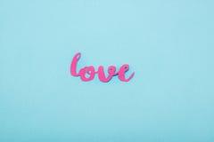 在蓝色背景的装饰桃红色爱标志 免版税库存图片