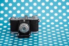 在蓝色背景的装饰老古色古香的照相机 免版税库存照片