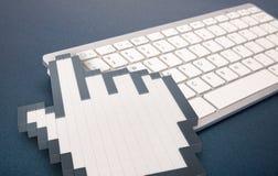 在蓝色背景的键盘 计算机标志 3d翻译 3d例证 免版税库存照片
