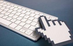 在蓝色背景的键盘 计算机标志 3d翻译 3d例证 图库摄影