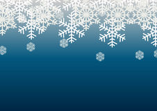 在蓝色背景的雪剥落;圣诞节季节假日模板设计;愉快的庆祝装饰 免版税库存照片