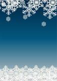 在蓝色背景的雪剥落;圣诞节季节假日模板设计;愉快的庆祝装饰 库存图片