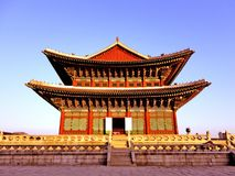 在蓝色背景的韩国寺庙 免版税库存照片