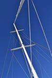 在蓝色背景的风帆帆柱 免版税库存图片