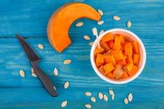 在蓝色背景的鲜美南瓜 在倾吐的餐馆沙拉的主厨概念食物新鲜的厨房油橄榄 免版税库存照片