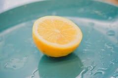 在蓝色背景的黄色柠檬 免版税库存图片