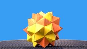 在蓝色背景的黄色origami球 影视素材