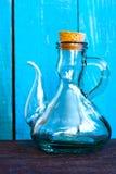 在蓝色背景的玻璃葡萄酒油工 图库摄影