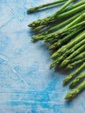 在蓝色背景的绿色芦笋 免版税库存图片