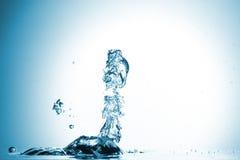 在蓝色背景的水飞溅 免版税库存图片