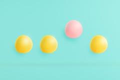 在蓝色背景的Macarons与柔和的淡色彩和桃红色聚焦 免版税库存图片