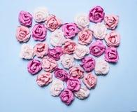 在蓝色背景装饰情人节顶视图关闭的心脏形状计划的五颜六色的纸玫瑰  免版税图库摄影