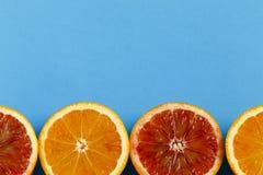 在蓝色背景隔绝的桔子 免版税库存图片
