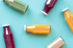 在蓝色背景隔绝的瓶的五颜六色的圆滑的人,顶视图 自然有机食品样式 免版税图库摄影