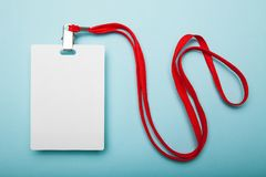 在蓝色背景隔绝的空白的徽章,裁减路线包括 库存图片