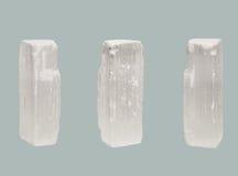 在蓝色背景隔绝的亚硒酸盐透明水晶 免版税库存照片