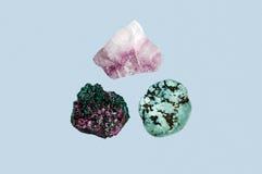 在蓝色背景隔绝的套石头 自然矿物 库存图片