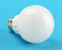 在蓝色背景隔绝的现代LED电灯泡 图库摄影