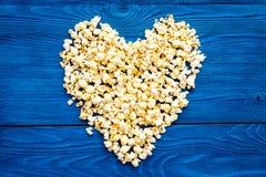 在蓝色背景顶视图拷贝空间的玉米花大模型 重点查出的形状蕃茄白色 库存图片