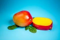 在蓝色背景,健康饮食营养的概念的著名亚尔方索芒果切片 顶视图 复制空间 免版税库存图片