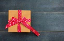 在蓝色背景,拷贝空间,顶视图的一个礼物盒 免版税库存照片