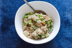 在蓝色背景Strogonoff的猪肉用米和蘑菇冠上 免版税库存图片