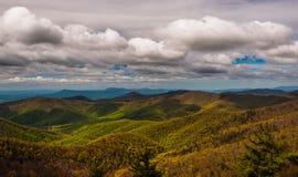 在蓝色背脊山的云彩,看见从Blackrock山顶在Shenandoah国家公园 库存照片