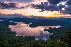 在蓝色背脊山的春天日出 库存照片