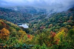 在蓝色背脊山的秋天颜色 免版税图库摄影