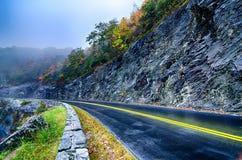 在蓝色背脊山的秋天颜色 库存图片