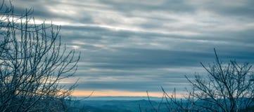 在蓝色背脊山的美好的淡色日出 免版税库存照片