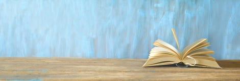 在蓝色脏的背景的被打开的书 免版税库存照片